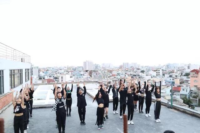 Khánh Thi 'làm mới' vũ đạo bài hit của BTS bằng dance sport - Ảnh 1