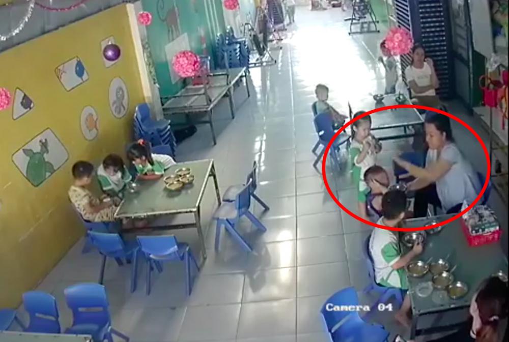 Clip cô giáo mầm non gõ tới tấp vào đầu, mặt trẻ vì không kịp nuốt cơm gây bức xúc - Ảnh 1