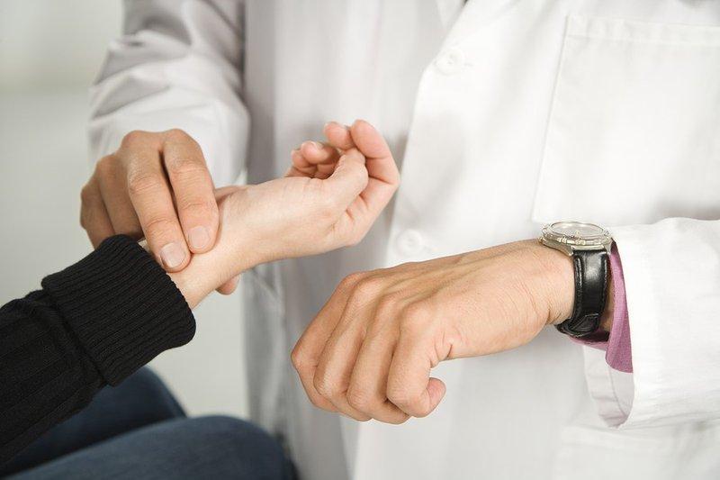 Làm sao để giảm nhịp tim đập nhanh đột ngột? Thử thở sâu, uống hoặc tắm nước ấm