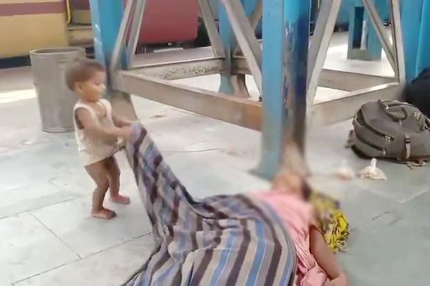 Đau xót hình ảnh em bé ngơ ngác lay gọi mẹ đã mất giữa sân ga, hé lộ cơn khủng hoảng kinh hoàng nhất mà đất nước 1,3 tỉ dân đang đối mặt - Ảnh 1