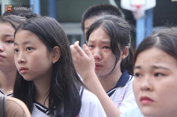 Trời lất phất mưa trong 'buổi đến trường cuối cùng' của cậu học sinh lớp 6, hàng trăm người xót xa tiễn em về cõi vĩnh hằng - Ảnh 15