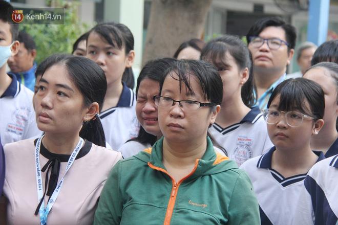 Trời lất phất mưa trong 'buổi đến trường cuối cùng' của cậu học sinh lớp 6, hàng trăm người xót xa tiễn em về cõi vĩnh hằng - Ảnh 17