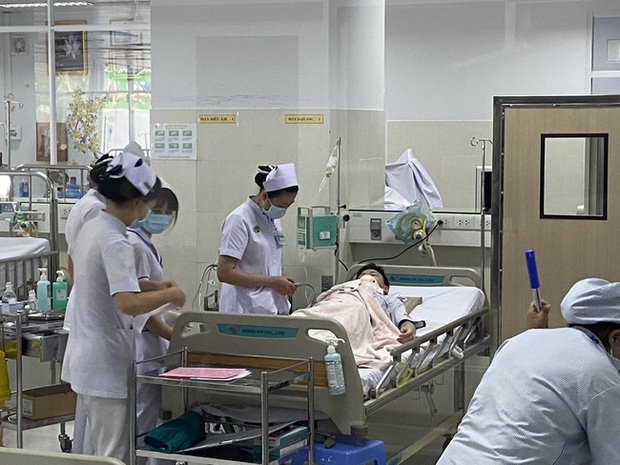 Vụ cây phượng đổ đè trúng 18 học sinh: Bé trai bị đa chấn thương nặng phải trải qua ca phẫu thuật 5 tiếng - Ảnh 2