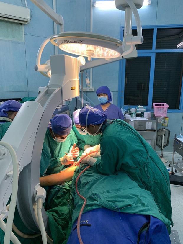 Vụ cây phượng đổ đè trúng 18 học sinh: Bé trai bị đa chấn thương nặng phải trải qua ca phẫu thuật 5 tiếng - Ảnh 3