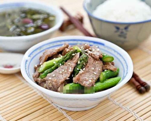 Thịt bò măng tây ngọt ngon với cơm trắng - Ảnh 1