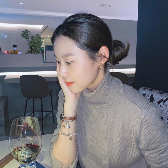 """7 kiểu tóc búi """"mix"""" phụ kiện xinh xẻo của loạt mỹ nhân Hàn, bạn học theo thì tóc tai sẽ chẳng bao giờ 'chán đời' - Ảnh 7"""