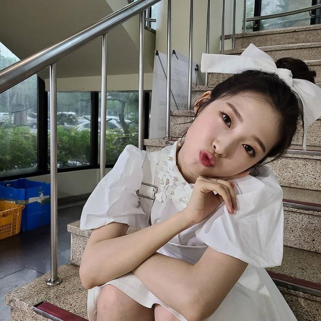 """7 kiểu tóc búi """"mix"""" phụ kiện xinh xẻo của loạt mỹ nhân Hàn, bạn học theo thì tóc tai sẽ chẳng bao giờ 'chán đời' - Ảnh 9"""