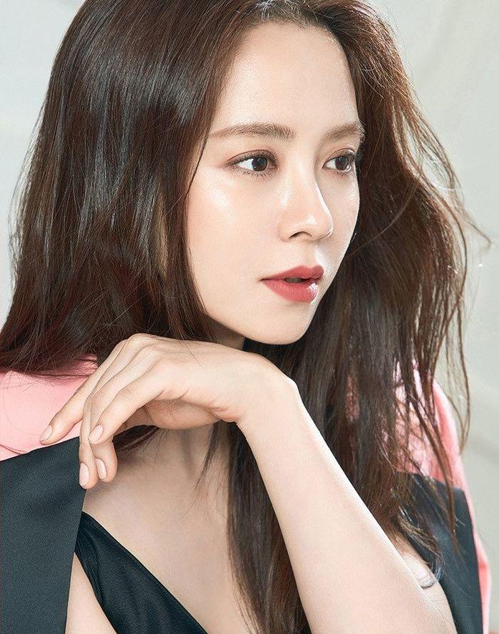 Muốn make up trong veo như idol, học ngay cách đánh nền của Song Ji Hyo - Ảnh 1