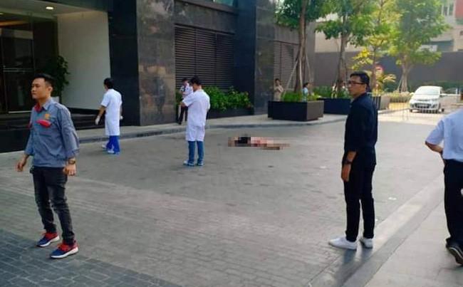 Hà Nội: Một người đàn ông nghi tử vong bất thường dưới sân tòa nhà cao cấp - Ảnh 1