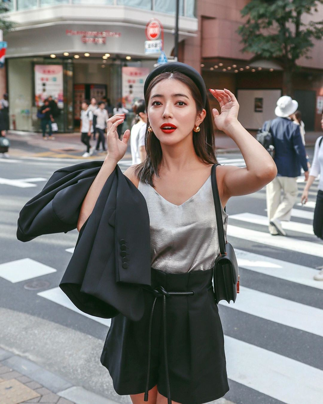 Trời vào thu mát mẻ, các quý cô Châu Á lại được dịp 'bung lụa' với loạt các thiết kế đầy màu sắc - Ảnh 9