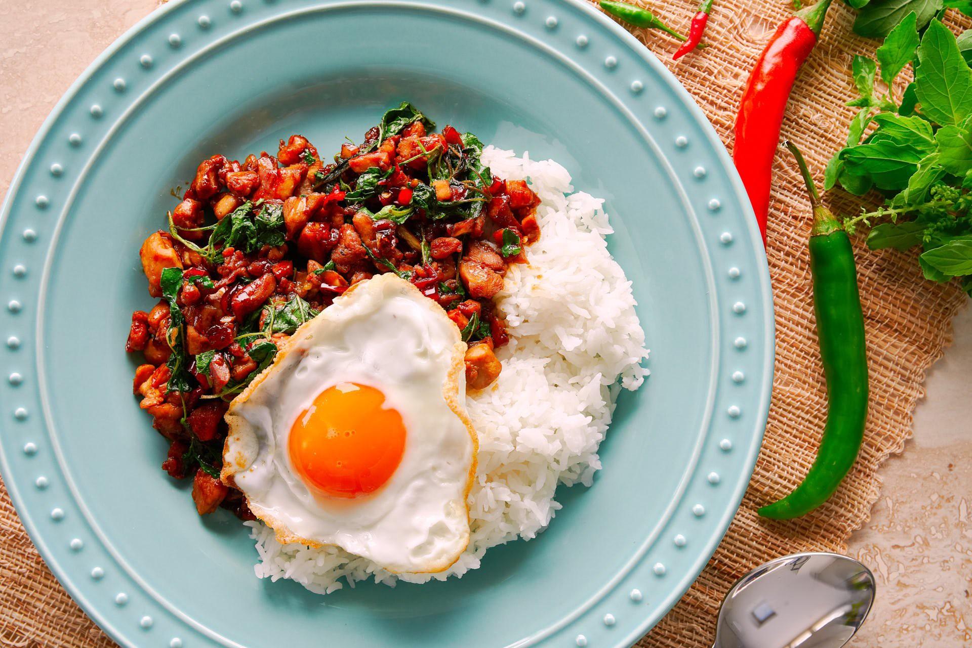 Món gà xào húng quế siêu phổ biến ở Thái Lan hóa ra chỉ cần nấu đơn giản như thế này - Ảnh 6