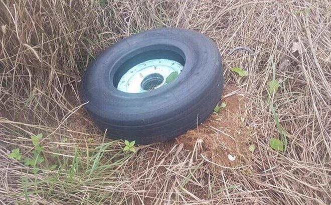 Máy bay Vietjet gặp sự cố, rơi mất 2 bánh: Đã tìm thấy chiếc lốp đầu tiên - Ảnh 1