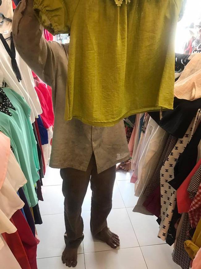 Bức ảnh người chồng lam lũ vào shop thời trang mua quần áo Tết cho vợ con khiến nhiều người cảm động - Ảnh 3
