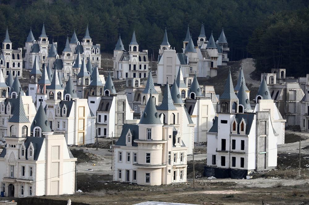 Bên trong ngôi làng biệt thự hàng nghìn tỉ đồng bị bỏ hoang - Ảnh 3