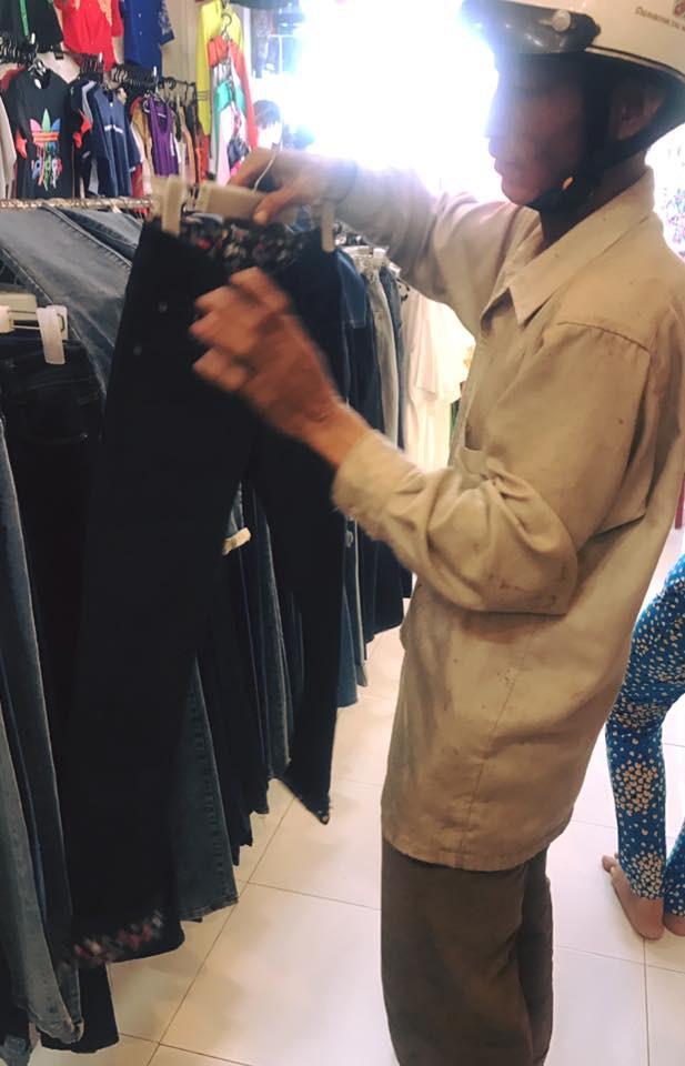 Bức ảnh người chồng lam lũ vào shop thời trang mua quần áo Tết cho vợ con khiến nhiều người cảm động - Ảnh 1