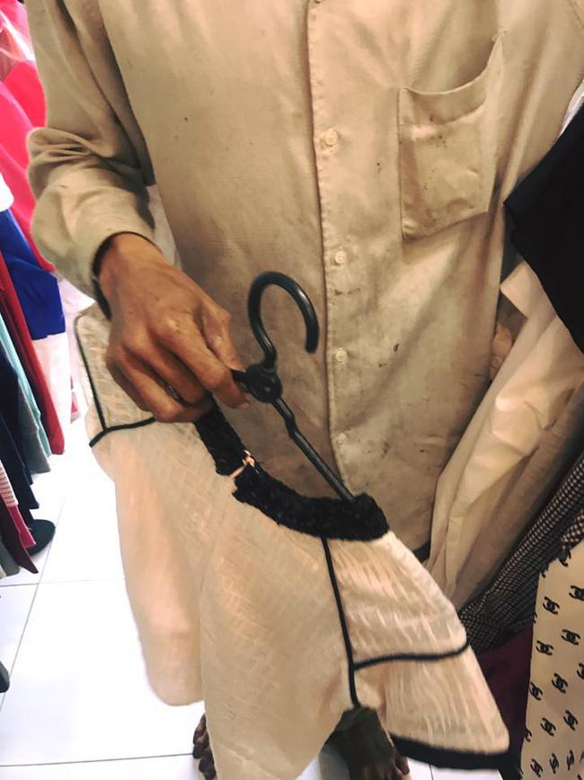 Bức ảnh người chồng lam lũ vào shop thời trang mua quần áo Tết cho vợ con khiến nhiều người cảm động - Ảnh 2