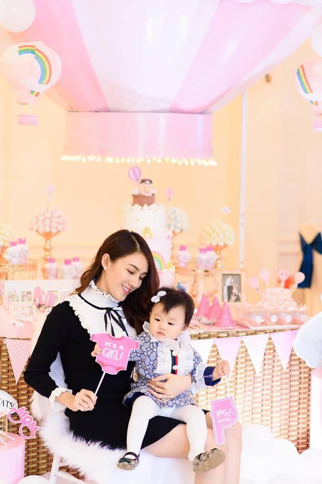 Lê Hà tổ chức lễ thôi nôi ngập tràn sắc hồng cho con gái Khả Di sau 1 năm giấu kín - Ảnh 2