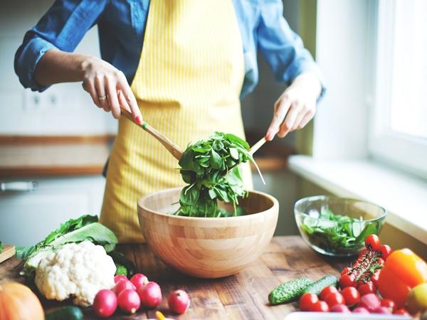 Ăn sạch, giảm cân với salad nhưng nếu cứ mắc những lỗi sau coi chừng phản tác dụng - Ảnh 1