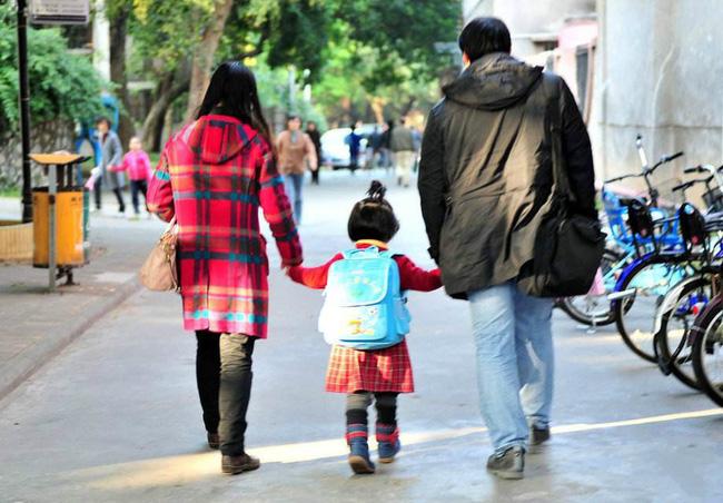 Chuyên gia chỉ ra có 3 câu không nên hỏi khi đón con từ trường mẫu giáo về, đa số bố mẹ nào cũng mắc phải - Ảnh 1