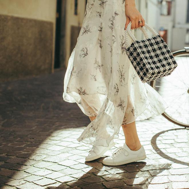 Diện váy vóc, bạn sẽ muốn mix ngay với 5 kiểu giày sau vì mặc lên quá xinh xắn và trendy - Ảnh 4