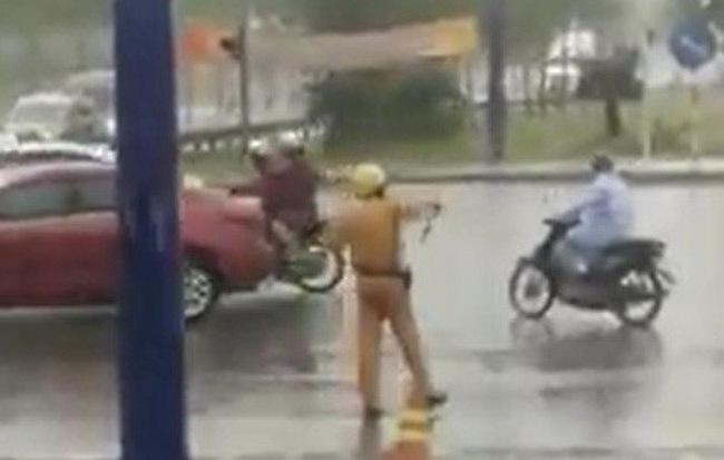 Hình ảnh CSGT đội mưa điều tiết giao thông trong ngày lễ khiến nhiều người ấm lòng - Ảnh 1