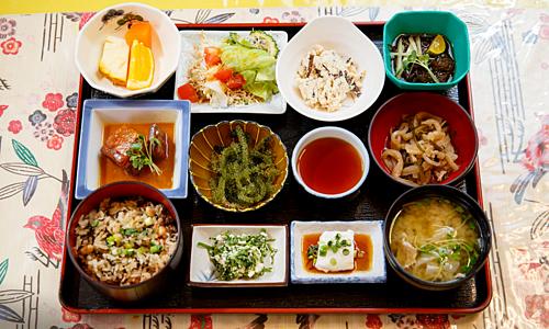 Nguyên tắc chỉ ăn no 80% của dân vùng sống thọ nhất Nhật Bản - Ảnh 1
