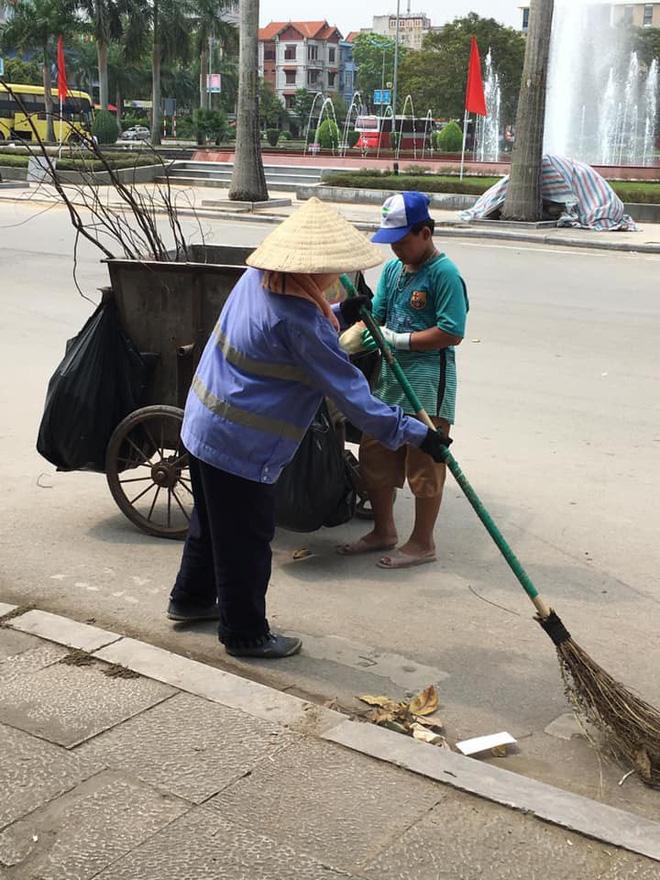 Được nghỉ lễ, bé trai ra đường quét rác giúp mẹ khiến nhiều người xúc động - Ảnh 1