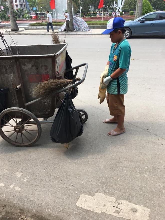 Được nghỉ lễ, bé trai ra đường quét rác giúp mẹ khiến nhiều người xúc động - Ảnh 2