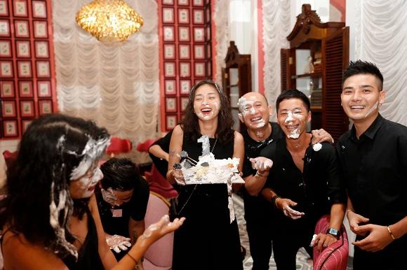 Ngô Thanh Vân lem luốc, cười thả ga trong tiệc sinh nhật tuổi 40 - Ảnh 1