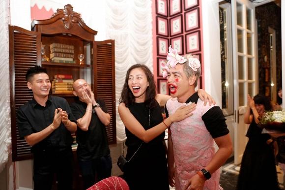 Ngô Thanh Vân lem luốc, cười thả ga trong tiệc sinh nhật tuổi 40 - Ảnh 2