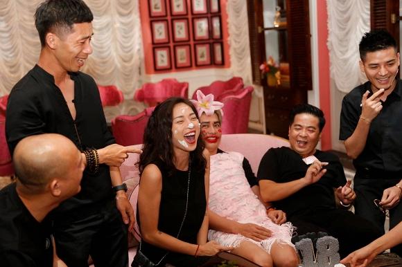 Ngô Thanh Vân lem luốc, cười thả ga trong tiệc sinh nhật tuổi 40 - Ảnh 6