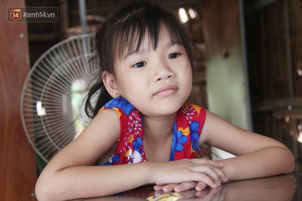 Bố mất được 2 năm thì mẹ qua đời, đứa trẻ 7 tuổi côi cút bên bàn thờ đợi anh chị đi làm thuê kiếm tiền về trả nợ - Ảnh 2