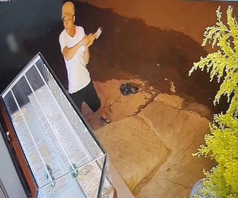 Truy bắt đối tượng dùng búa đập tủ kính, trộm tiệm vàng - Ảnh 1
