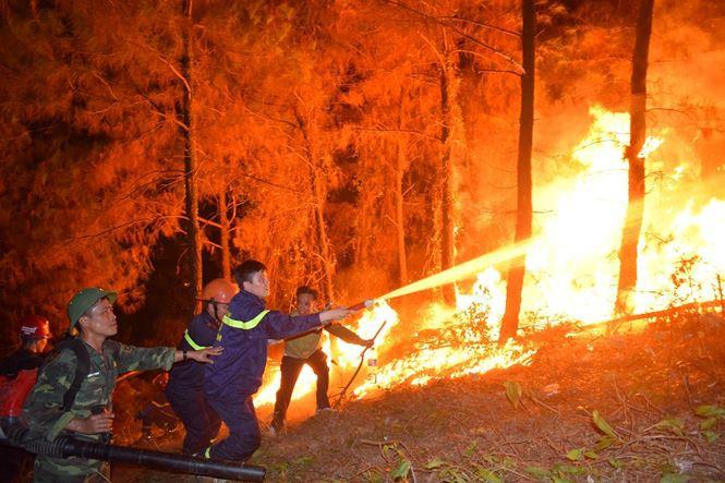 Xúc động hình ảnh lính cứu hỏa lấm lem ngồi ăn tại chỗ, nằm ngủ vạ vật canh cháy rừng xuyên đêm - Ảnh 1