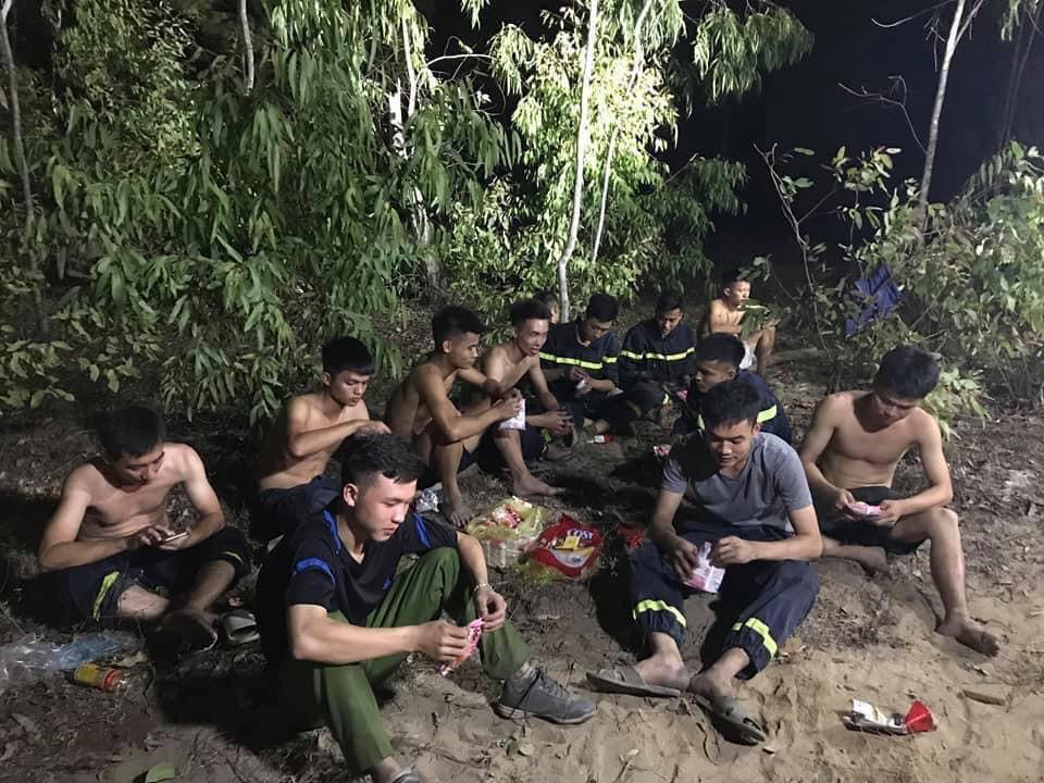 Xúc động hình ảnh lính cứu hỏa lấm lem ngồi ăn tại chỗ, nằm ngủ vạ vật canh cháy rừng xuyên đêm - Ảnh 2