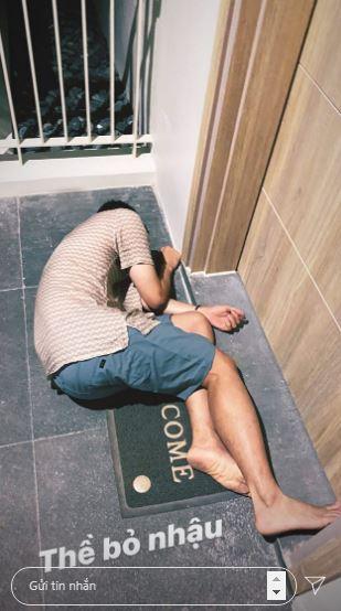 Bất ngờ với hình ảnh 'bê tha', nhậu say bất tỉnh nằm bẹp trước cửa phòng khách sạn của 'Hoàng tử sơn ca' Quang Vinh - Ảnh 1