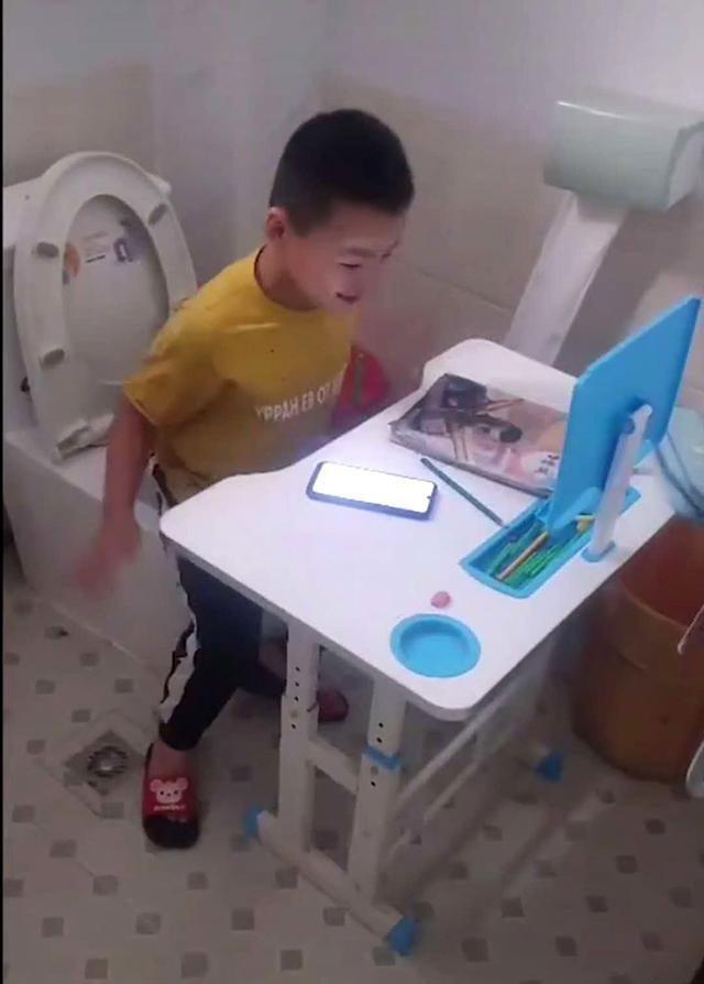 Đang học đến đoạn quan trọng thì mắc đi vệ sinh, cậu bé đã nghĩ ra cách bá đạo vẹn cả đôi đường - Ảnh 3