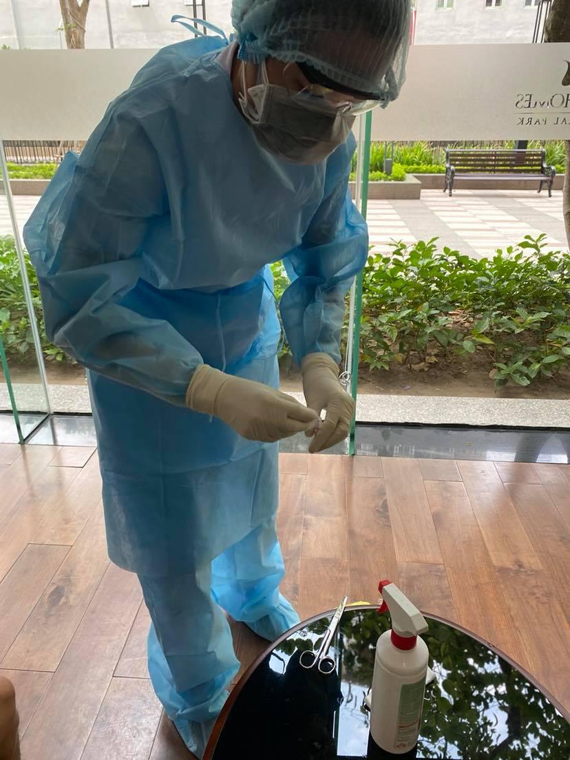 TP.HCM: Xét nghiệm Covid-19 cư dân tại một tầng chung cư ở quận Bình Thạnh vì có bệnh nhân dương tính yếu sau khi xuất viện - Ảnh 2