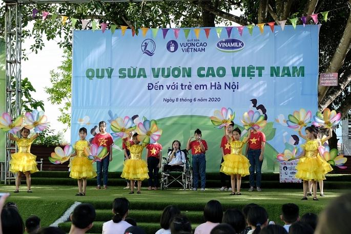 Vinamilk mang niềm vui uống sữa đến với trẻ em Hà Nội thông qua Quỹ sữa Vươn cao Việt Nam - Ảnh 2