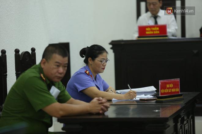Xét xử vụ án nam sinh chạy Grab bị sát hại, cướp tài sản ở Hà Nội: Mẹ khóc nghẹn ôm di ảnh con đến toà - Ảnh 2