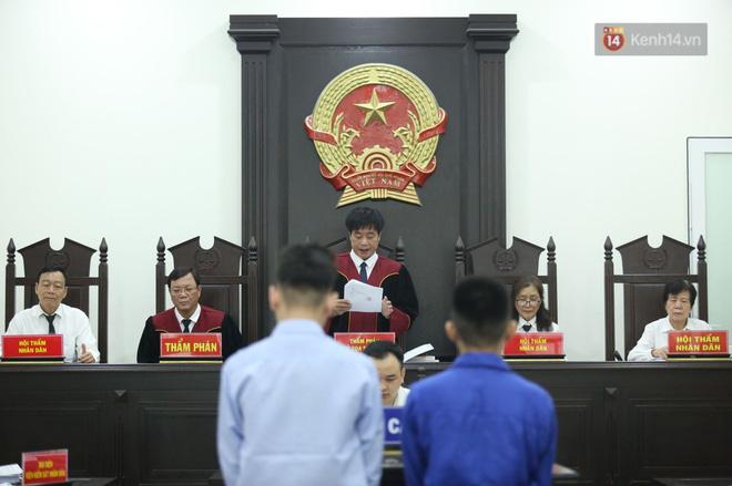 Xét xử vụ án nam sinh chạy Grab bị sát hại, cướp tài sản ở Hà Nội: Mẹ khóc nghẹn ôm di ảnh con đến toà - Ảnh 3