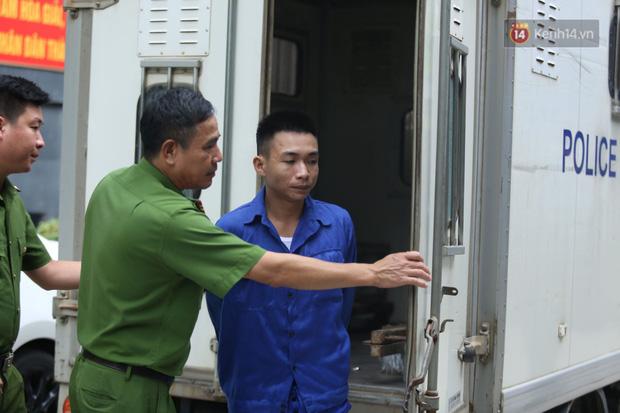 Xét xử vụ án nam sinh chạy Grab bị sát hại, cướp tài sản ở Hà Nội: Mẹ khóc nghẹn ôm di ảnh con đến toà - Ảnh 4