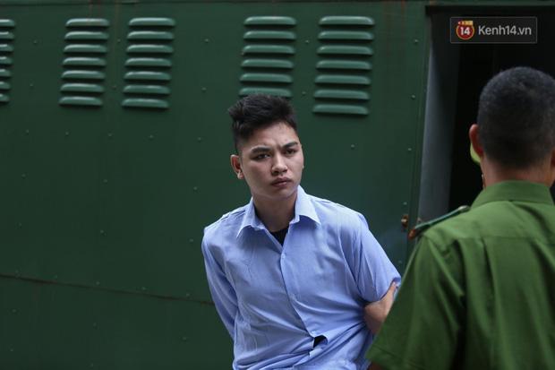 Xét xử vụ án nam sinh chạy Grab bị sát hại, cướp tài sản ở Hà Nội: Mẹ khóc nghẹn ôm di ảnh con đến toà - Ảnh 5