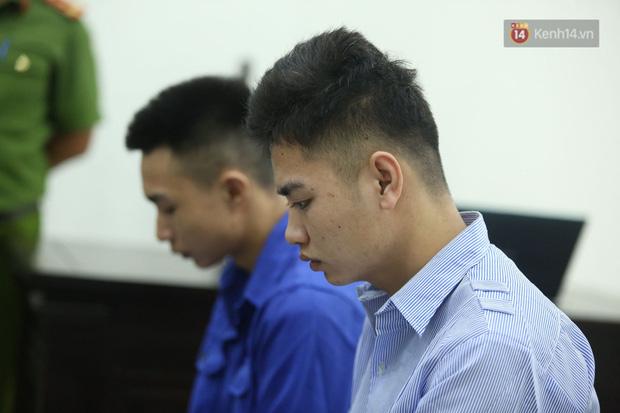 Xét xử vụ án nam sinh chạy Grab bị sát hại, cướp tài sản ở Hà Nội: Mẹ khóc nghẹn ôm di ảnh con đến toà - Ảnh 6