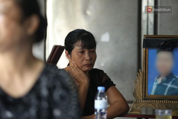 Xét xử vụ án nam sinh chạy Grab bị sát hại, cướp tài sản ở Hà Nội: Mẹ khóc nghẹn ôm di ảnh con đến toà - Ảnh 8