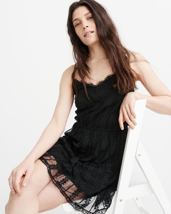 11 bộ váy đen tối giản cứ tưởng là nhàm chán, nhưng lại có thể giúp chị em quyến rũ hết phần thiên hạ - Ảnh 3