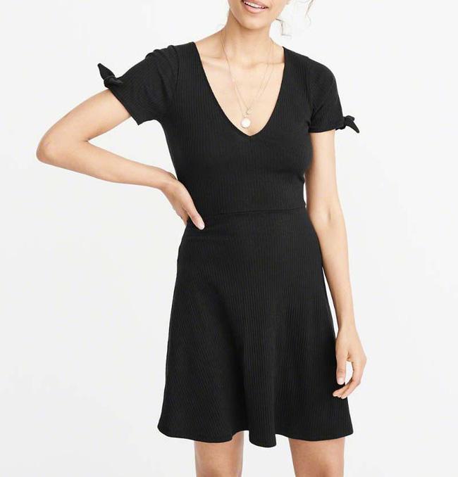 11 bộ váy đen tối giản cứ tưởng là nhàm chán, nhưng lại có thể giúp chị em quyến rũ hết phần thiên hạ - Ảnh 4