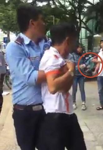 Nghi vợ ngoại tình với bạn thân, chồng đánh ghen ầm ĩ giữa đường ở Đà Nẵng - Ảnh 1