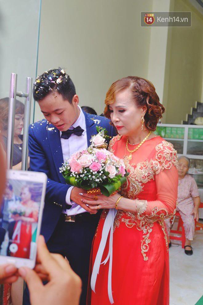 Sau đám cưới, cô dâu 62 tuổi đi Hà Nội để 'tân trang' lông mày và xăm tên hai vợ chồng lên cơ thể - Ảnh 1