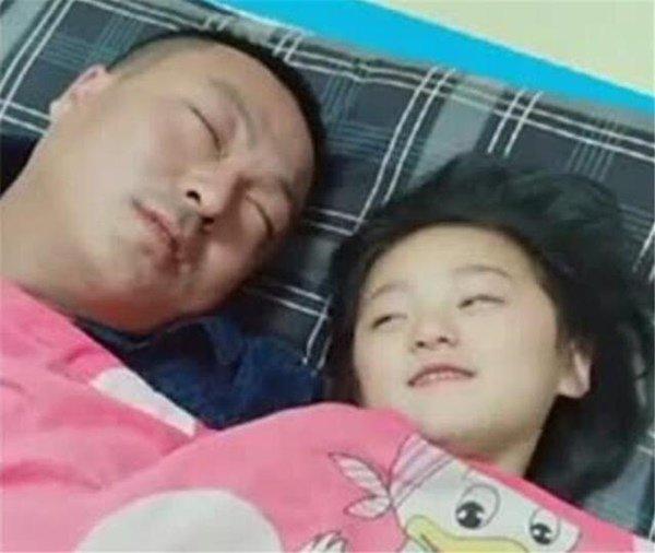 Bố ngủ cùng con gái 15 tuổi mỗi tối, bất ngờ khi nhìn thấy đồ tế nhị trong cặp con - Ảnh 1